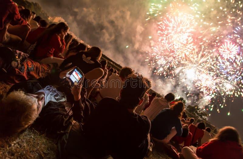 人群观看的烟花,潘普洛纳,西班牙 免版税库存照片