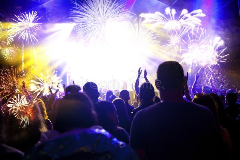人群观看的烟花-新年庆祝抽象假日背景 库存照片