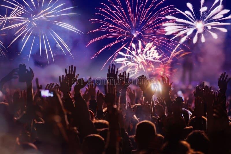 人群观看的烟花-新年庆祝抽象假日背景 免版税图库摄影