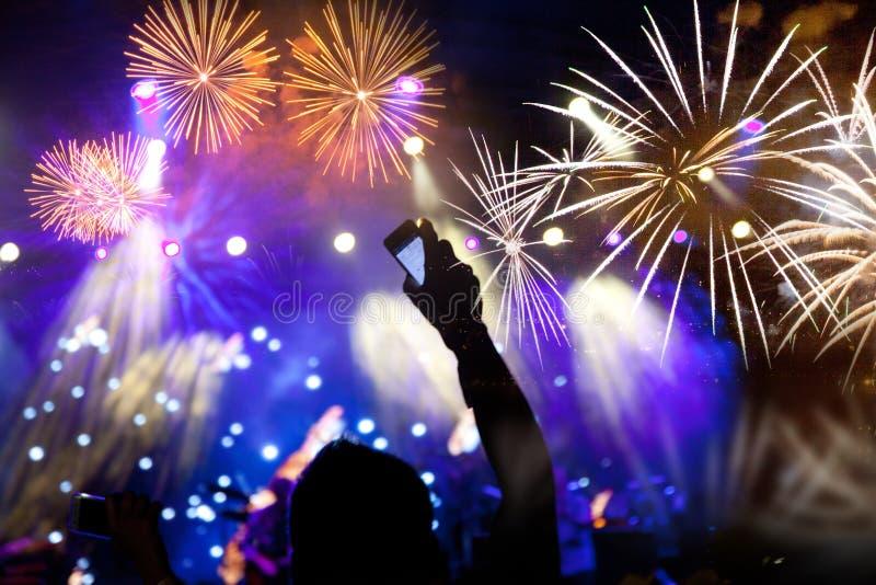 人群观看的烟花-新年庆祝抽象假日背景 库存图片