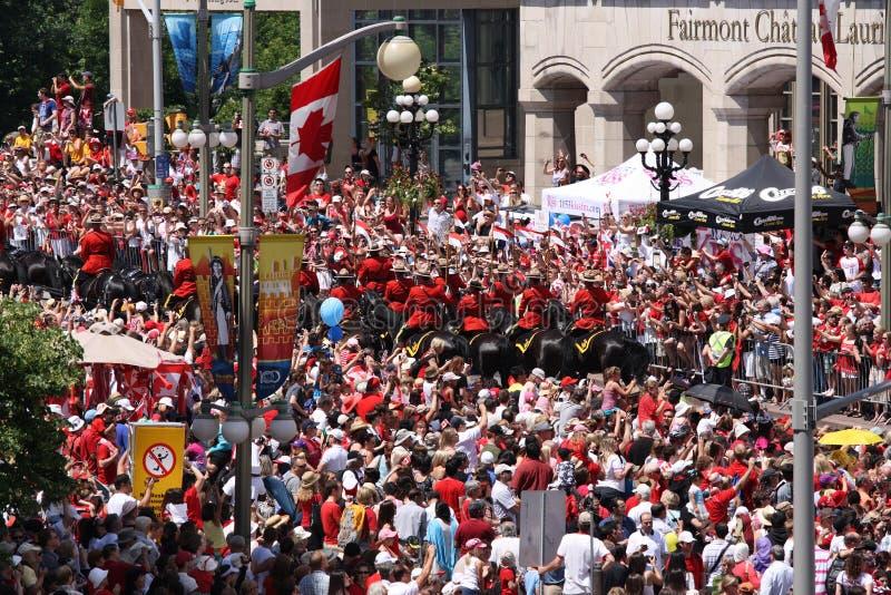 人群马被挂接的警察 免版税库存图片