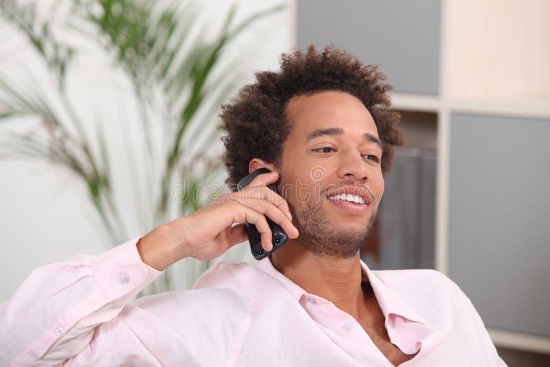 人联系在他的移动电话 免版税库存图片