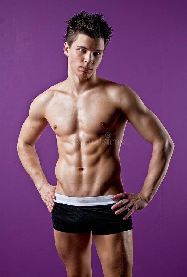 人肌肉性感的湿年轻人 免版税库存照片
