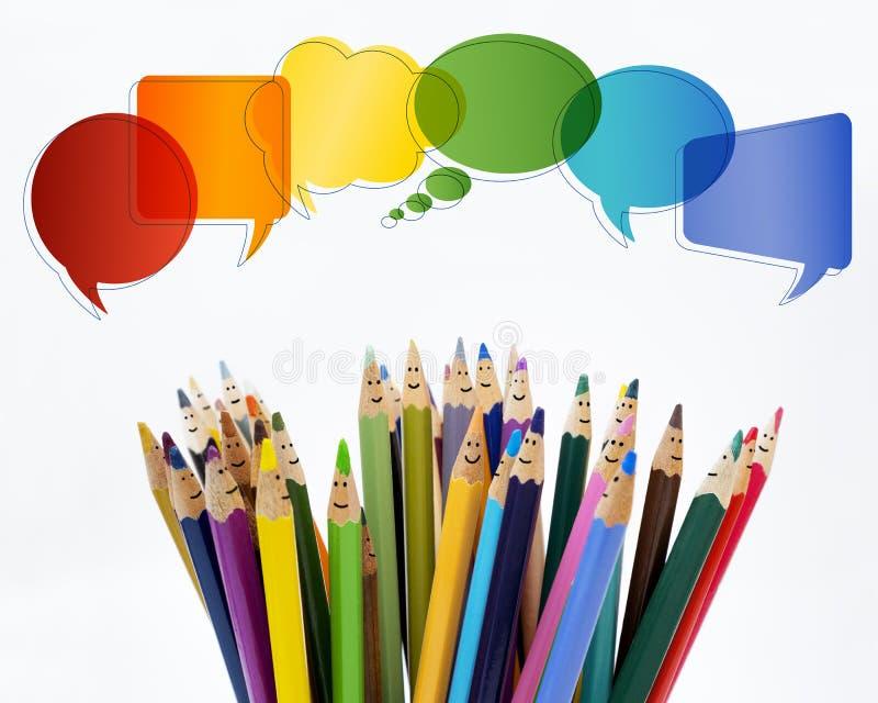 人脉通信 人微笑的色的铅笔滑稽的面孔 ?? r 对话小组p 库存照片