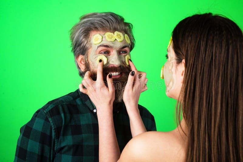 人脸黄瓜 带粘土面具的有趣情侣 男模与女模脸上粘土面罩 库存图片