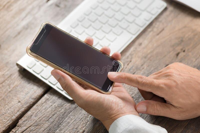 人藏品和使用巧妙的电话 免版税库存图片