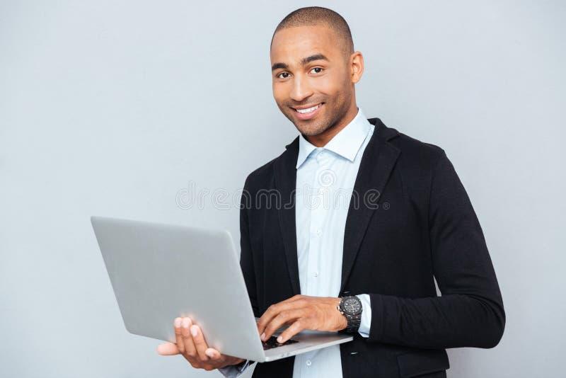 人藏品和使用膝上型计算机 库存照片