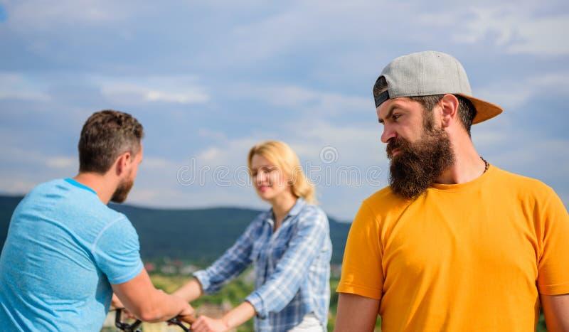 人行家感觉在他后的偏僻的夫妇约会 没有浪漫在他的生活中 没要求的人遗憾她出去 现在她 免版税库存图片