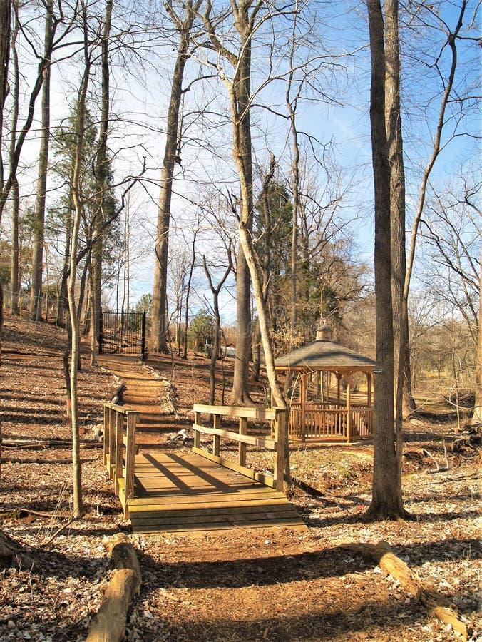 人行桥和眺望台在Tanglewood公园足迹 免版税库存图片