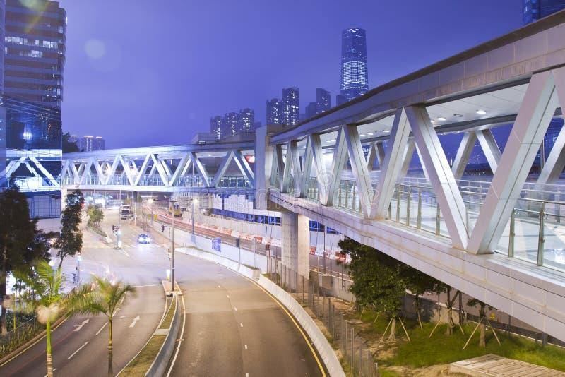 人行桥香港金属晚上 库存照片