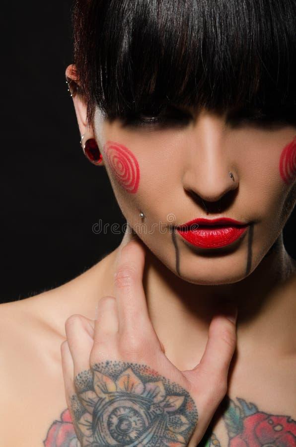 年轻人被刺字的妇女画象  免版税图库摄影
