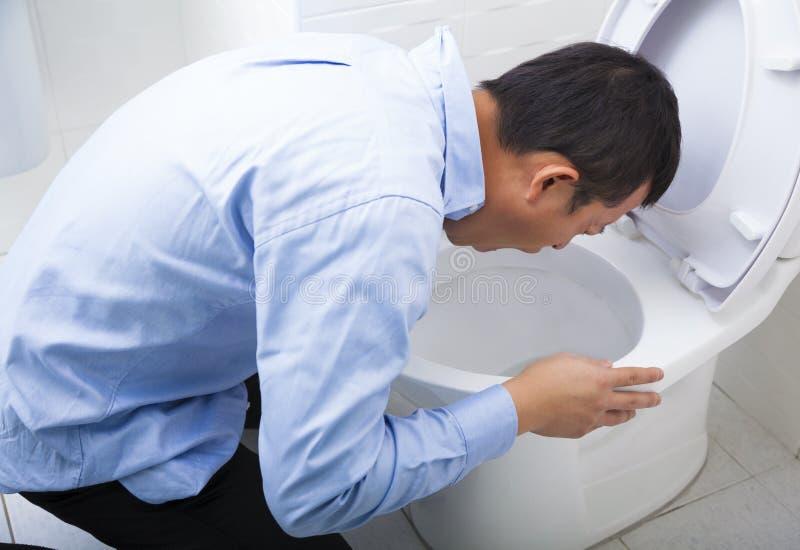 年轻人被喝的或病态呕吐 免版税图库摄影