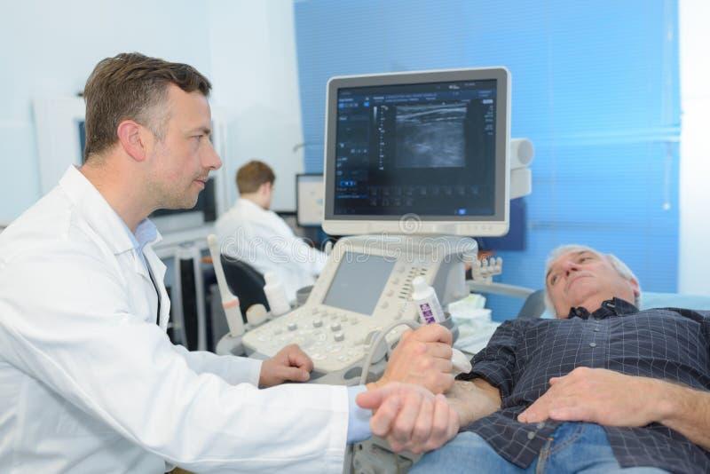 人被诊断在超声波设备在医院 免版税图库摄影