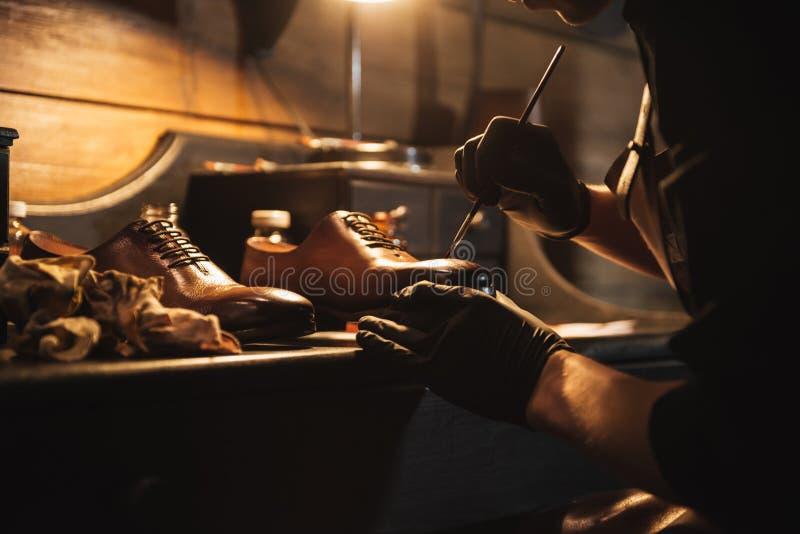 年轻人被集中的人鞋匠的播种的图象 图库摄影