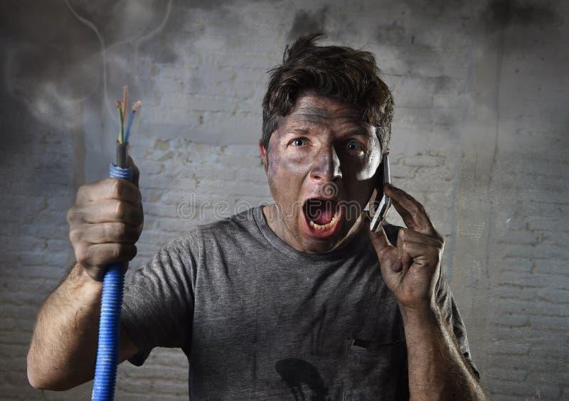 年轻人要求帮助在与肮脏的被烧的面孔的事故以后在滑稽的哀伤的表示 免版税库存照片