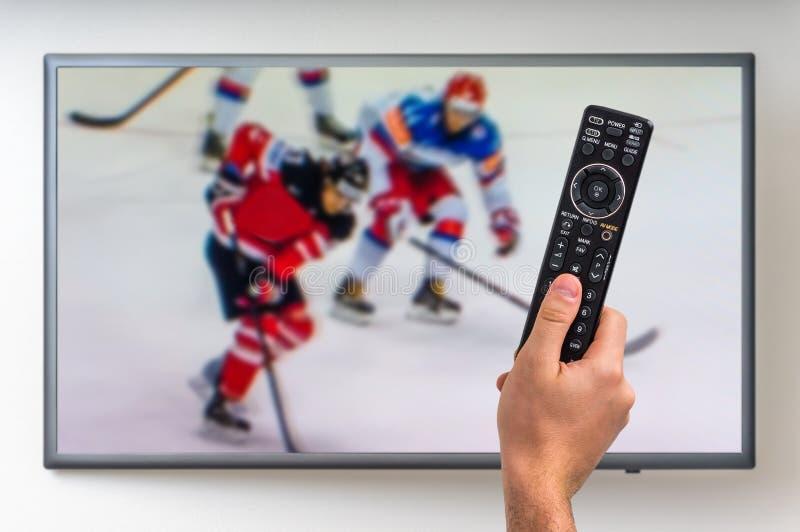 人观看在电视的曲棍球比赛 免版税库存照片