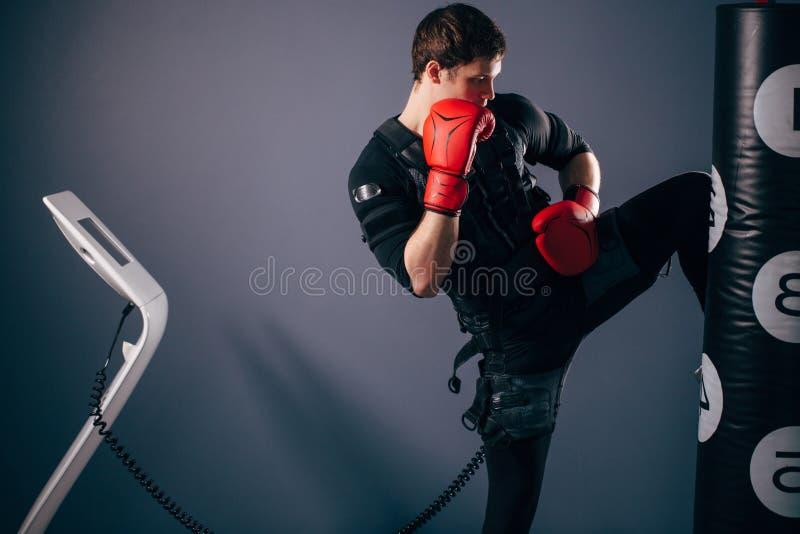 人训练膝盖反撞力 电刺激kickboxer佩带的衣服  库存图片