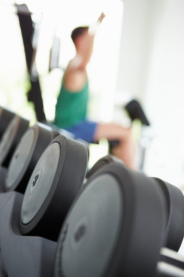 人训练抽象看法与重量的在健身房 免版税库存图片