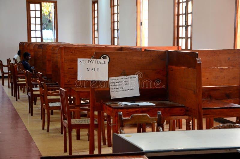 人读学报报纸并且在男性阅览室贾夫纳公立图书馆贾夫纳斯里兰卡里使用互联网 免版税库存照片