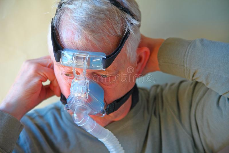 人调整CPAP头饰 库存图片