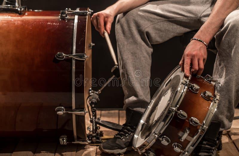 人调整打击乐器,创造性的音乐概念 库存照片