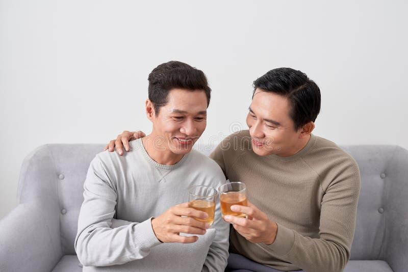 人谈概念 两年轻男性朋友汇聚,在家聊天和吃 库存图片