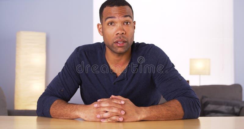 黑人谈话与照相机 免版税库存照片