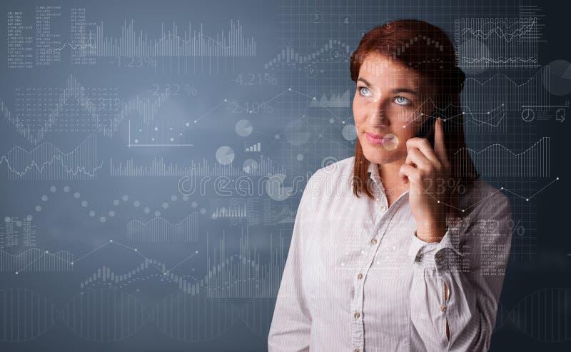 人谈话在有图和报告的电话在前景 免版税库存照片