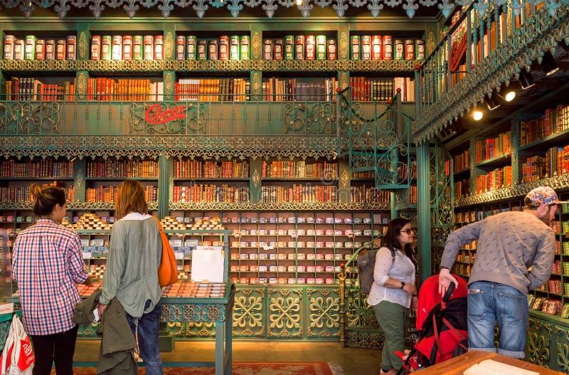 人购物在有罐的地方五颜六色的商店罐装鱼 免版税库存图片