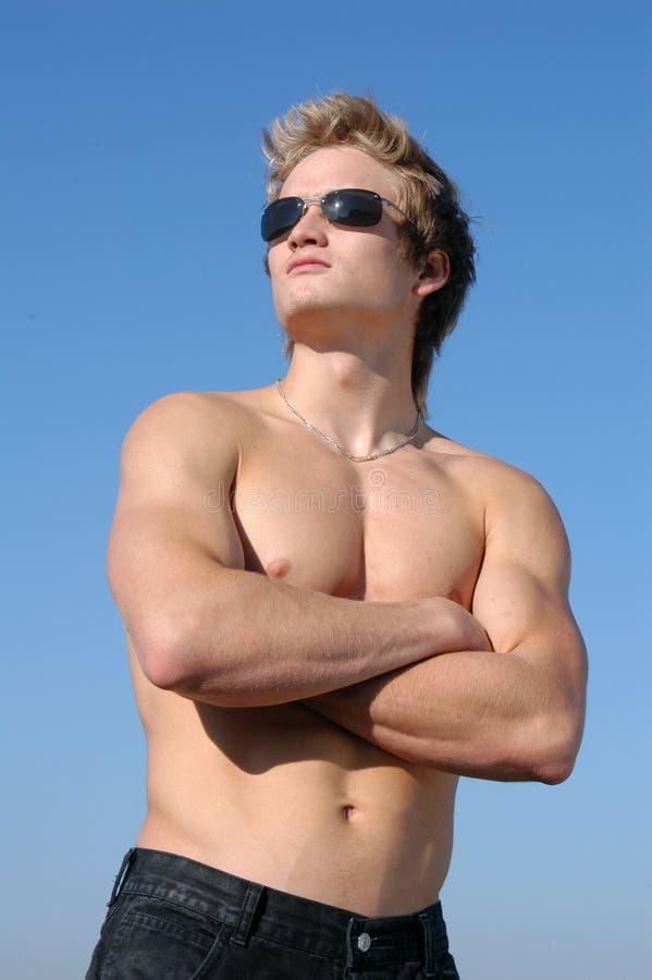 人赤裸上身的年轻人 免版税库存图片