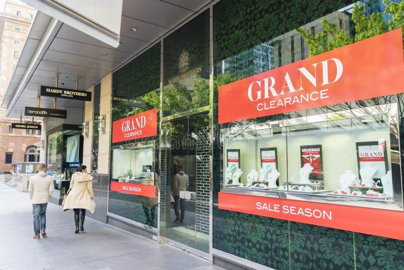 人走的通行证一个金银手饰店在悉尼 免版税库存照片