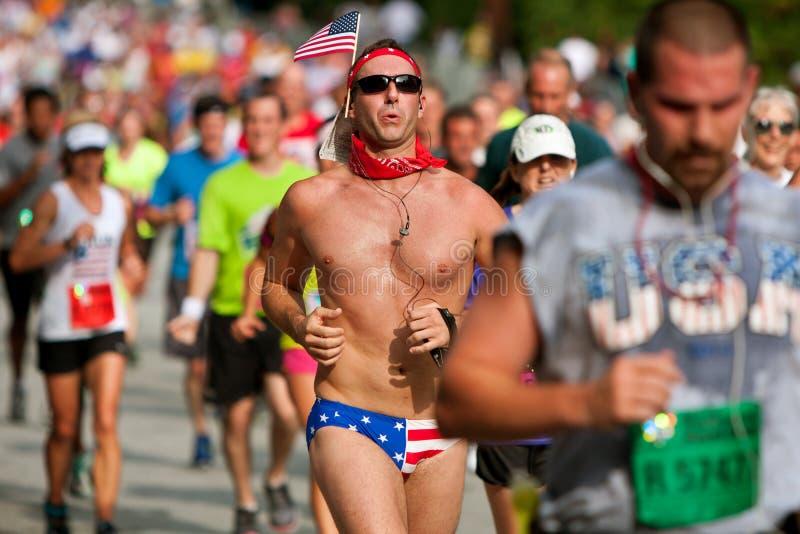 人跑亚特兰大穿爱国比基尼泳装的公路赛 库存照片