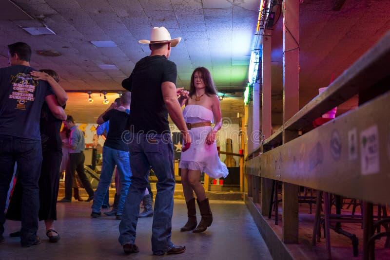 人跳舞的乡村音乐在残破的轮幅舞厅里在奥斯汀,得克萨斯 免版税库存照片
