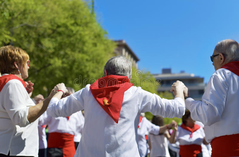 人跳舞的sardanas在Hospitalet de Llobregat,西班牙 免版税库存照片