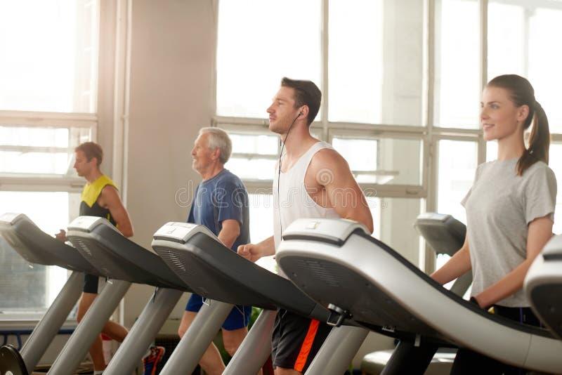 人踏车的在健身房 免版税库存图片
