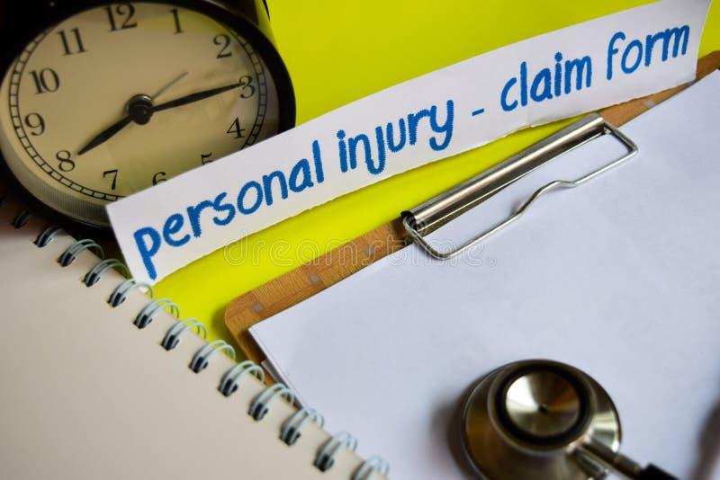 人身受伤-在医疗保健概念启发的索赔表在黄色背景 库存照片