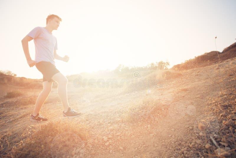 人运行的年轻人 冲刺在户外期间的公赛跑者 免版税库存图片