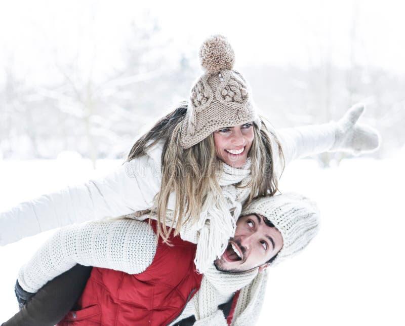 人运载的妇女肩扛在冬天 库存照片