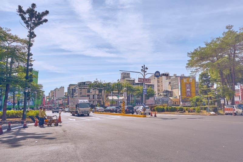 人运输乘汽车、卡车和搬运车横跨西门元Huan环形交通枢纽的交通连接点 免版税库存照片
