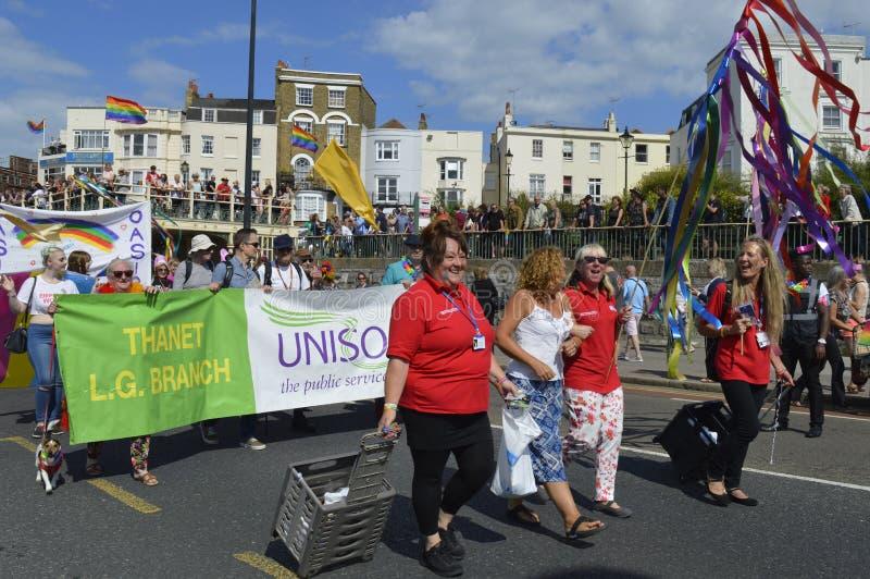 人进位标志和横幅在五颜六色的马盖特同性恋自豪日游行 免版税库存图片
