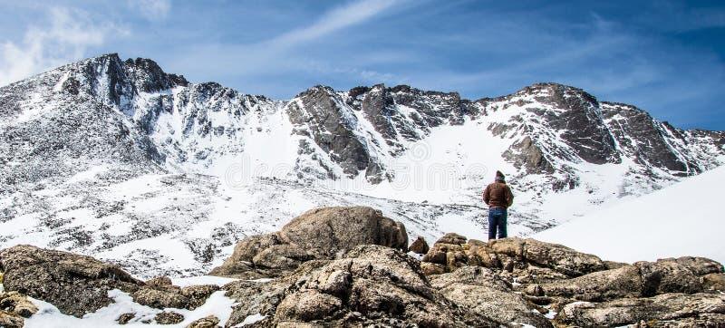 人远足者俯视的登上伊万斯山顶-科罗拉多 库存图片
