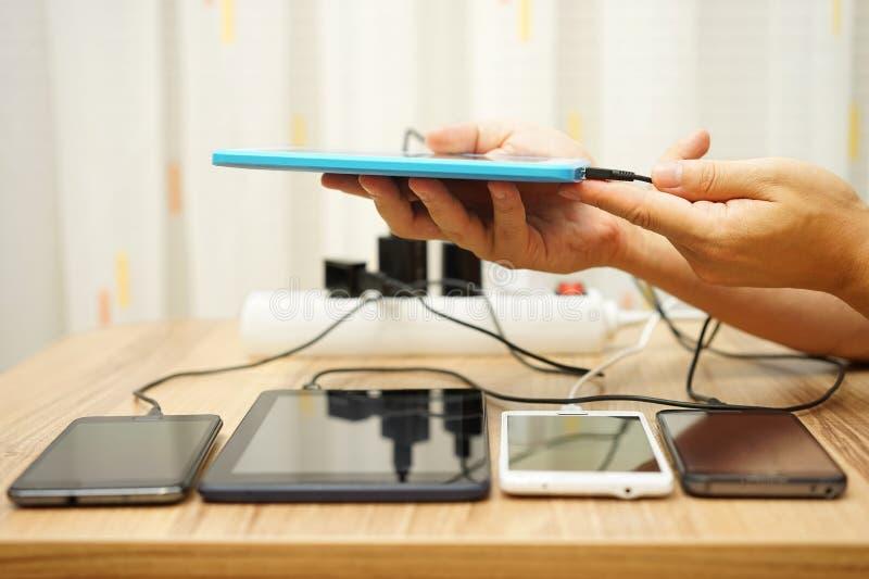 人连接了充电器到片剂计算机在四数字式devi以后 库存图片