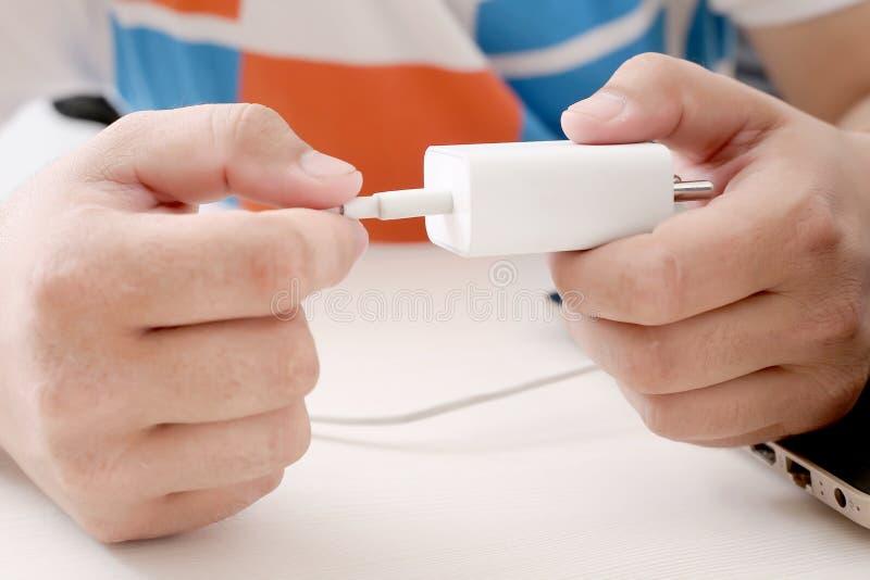 人连接在适配器的USB缆绳 免版税库存图片