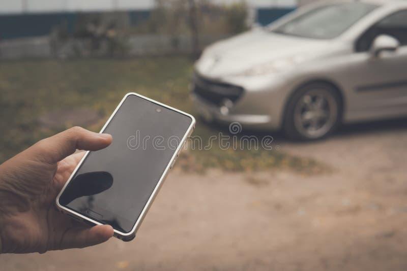 人连接用巧妙的汽车由电话应用 流动应用程序控制车计算机的工作 无键的汽车 免版税库存照片