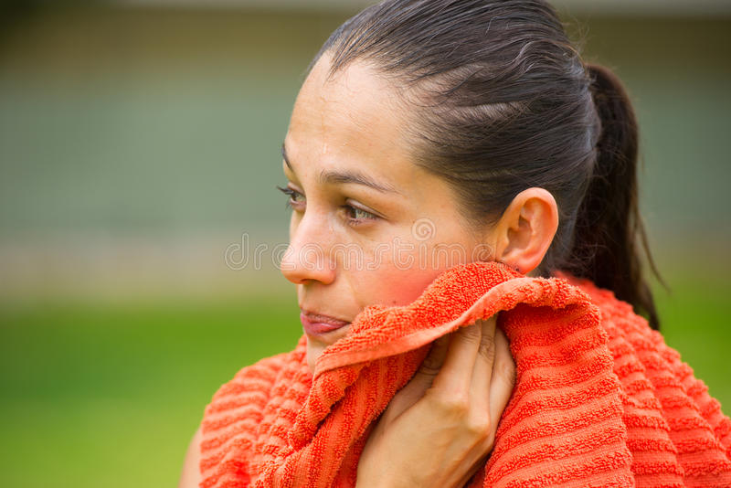 年轻人适合的妇女用尽与室外的毛巾 免版税库存图片