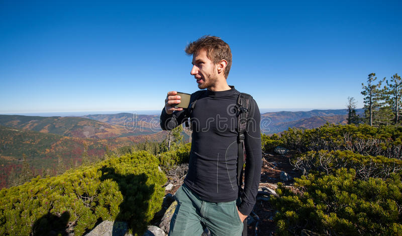 年轻人适合的男性远足者饮用的茶画象  免版税库存照片