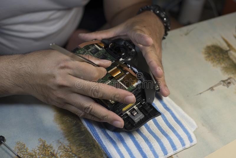 人递修理打破的影片照相机,照片工作场所 Freela 免版税库存图片