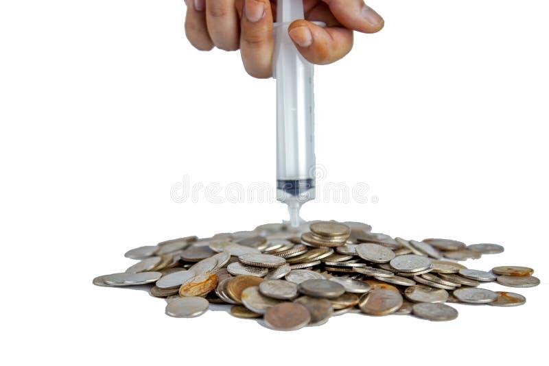 人递射入把泰国老硬币放入堆在白色backgrond上 免版税图库摄影