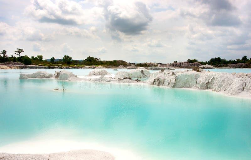 人造人为清楚的蓝色湖白陶土,雨水报道的开采的地面孔 免版税库存照片