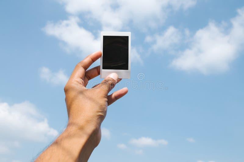 人造偏光板在手中 库存照片